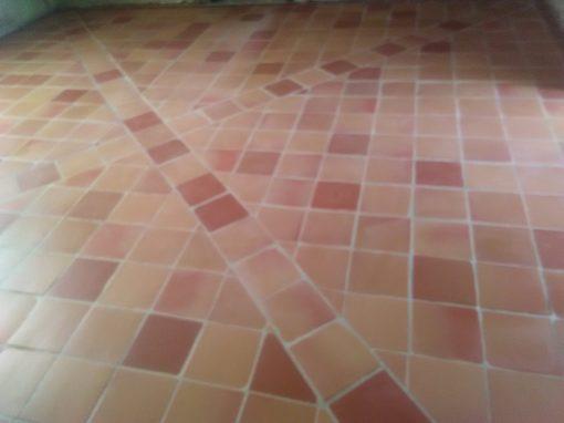 Dalle béton de chaux et sol en terre cuite